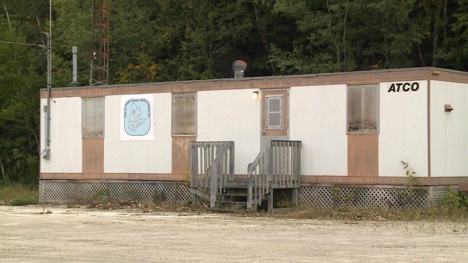 Une maison mobile blanche abritant les installations du Club de radio amateur de Baie-Comeau.