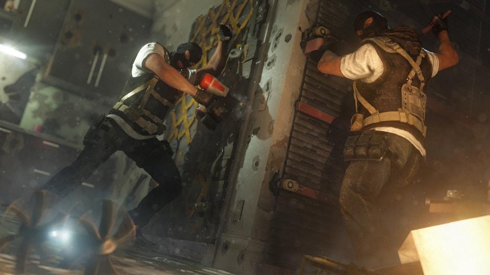 Une image montrant deux personnages masqués en train de renforcer des murs et des portes.