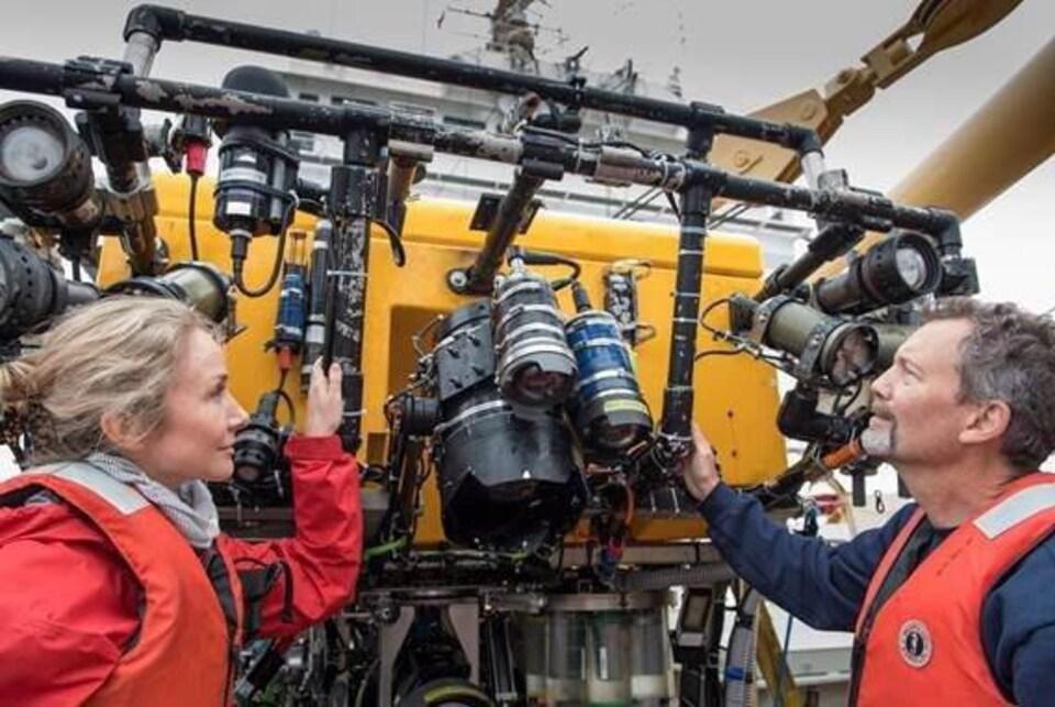 Le directeur scientifique d'Oceana Robert Rangeley en plein travail avec des instruments scientifiques.