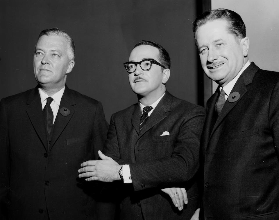 Le modérateur Raymond Charette, posant entre le chef du Parti libéral du Québec, Jean Lesage et le chef de l'Union nationale, Daniel Johnson.