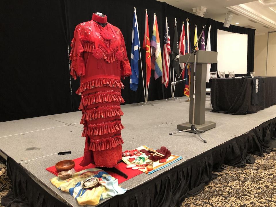 On voit une robe traditionnelle qui représente les Autochtones qui ont disparu ou qui ont été tuées au Canada.
