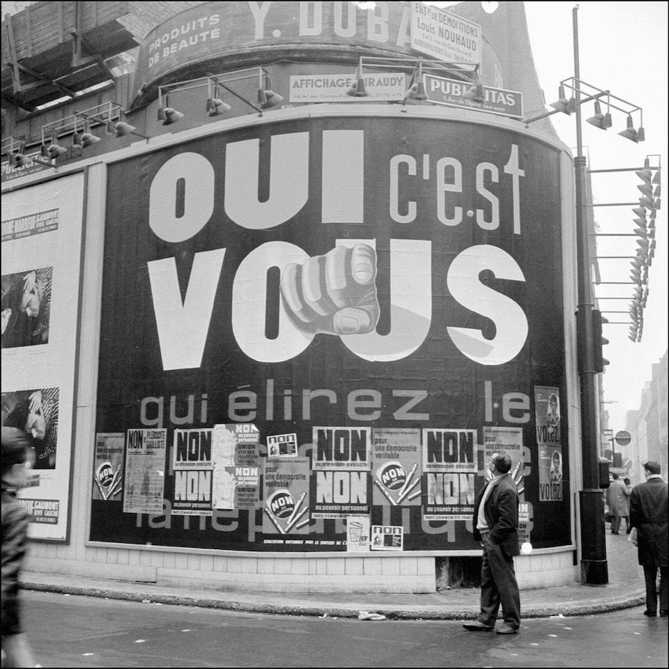 Sur l'immense affiche, on peut lire slogan pour la réforme proposée par de Gaulle.