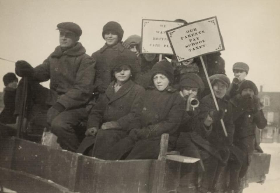 Photo d'époque dans laquelle des élèves manifestent contre le Règlement 17 à Ottawa.