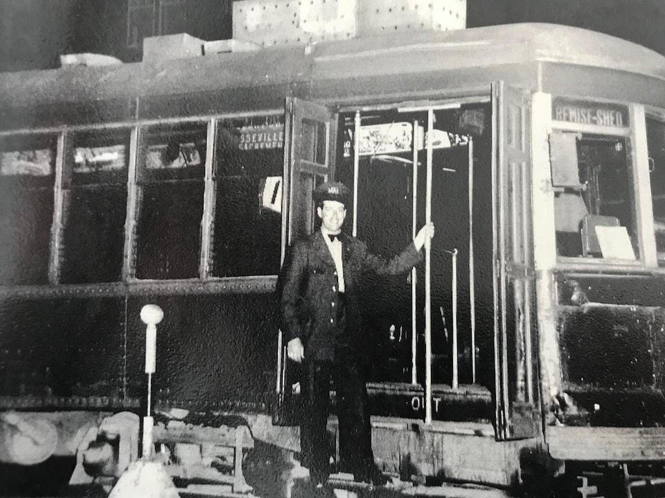 René Bouchard conduit le dernier tramway de Québec, le 27 mai 1948.