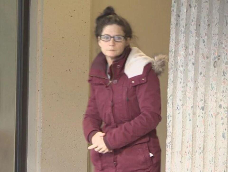 Renee Allison Webber sortant du palais de justice.