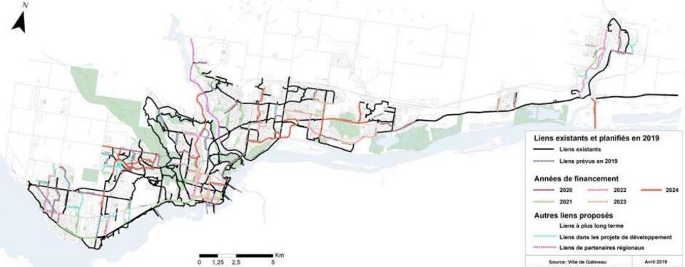 Une carte montre les liens cyclables existants et les liens projetés au cours des prochaines années.