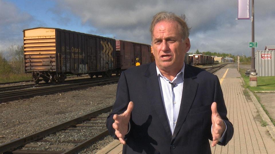 Reynald Brisson devant la voie ferrée