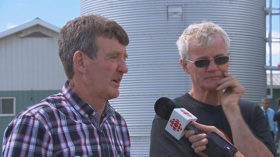 Richard Parenteau a été sauvé par son frère Raymond alors qu'il s'enlisait dans un silo à grains. Ils nous ont raconté leur histoire.