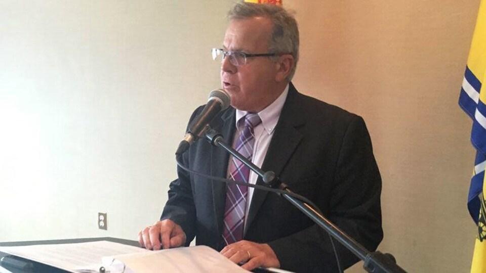 L»e ministre Rick Doucet répond à une question en conférence de presse.