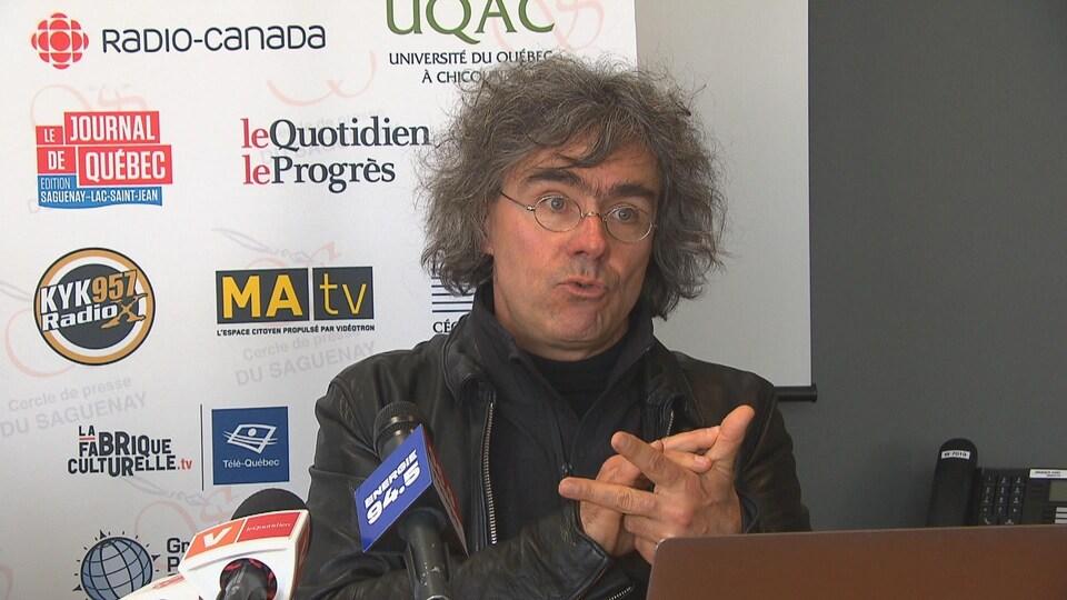 Robert Michaud répond à des questions devant le Cercle de presse du Saguenay.