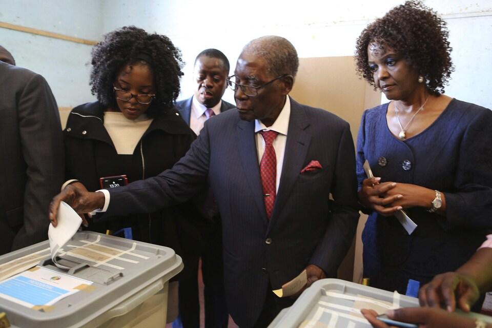 Robert Mugabe dépose son bulletin de vote dans une urne, sous le regard de son épouse, Grace.