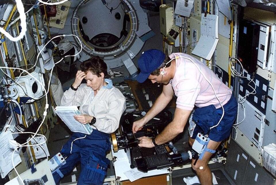 En orbite, Roberta Bondar a pris part au tournage du film IMAX «Destiny in Space».