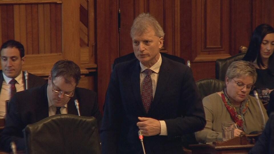 Le député libéral Roger Melanson qui prend la parole.