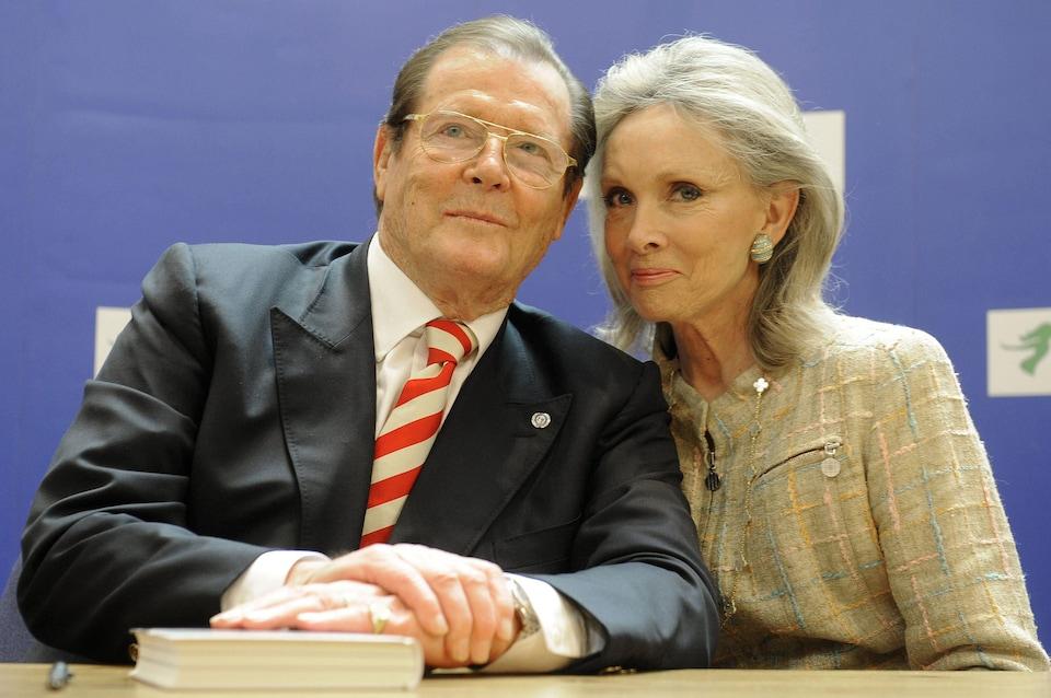 Roger Moore et Kristina Tholstrup en 2009