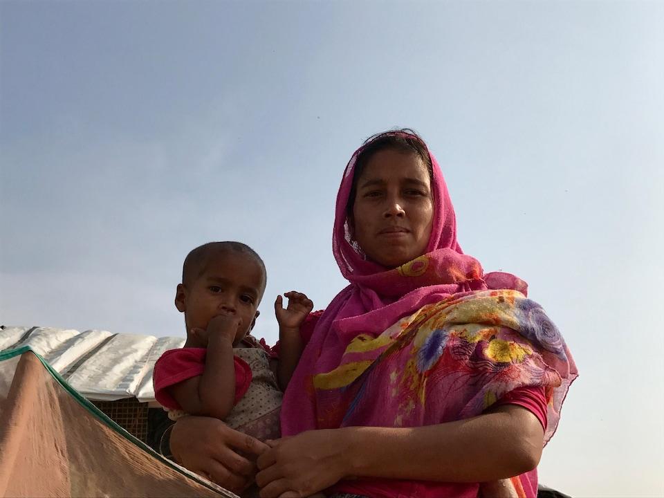 Une mère avec l'un de ses enfants, camp de réfugiés rohingyas. Cox's Bazar, Bangladesh, novembre 2017.