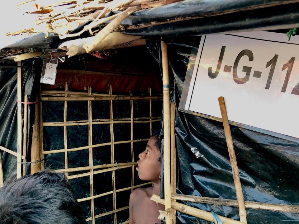 Entrée typique des abris des réfugiés rohingyas. Novembre 2017.