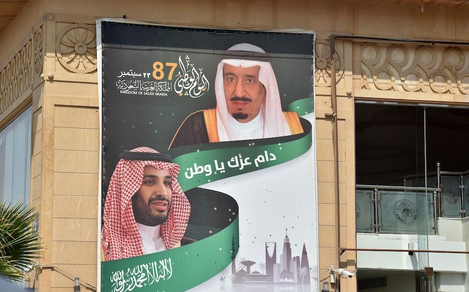 Une affiche du roi Salmane et de son fils sur le mur d'un immeuble à Riyad.