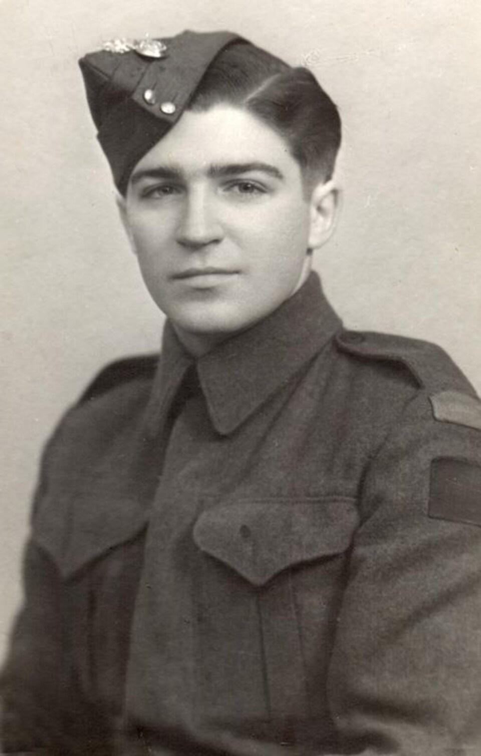 Une photo d'archives en noir et blanc montre un jeune soldat.