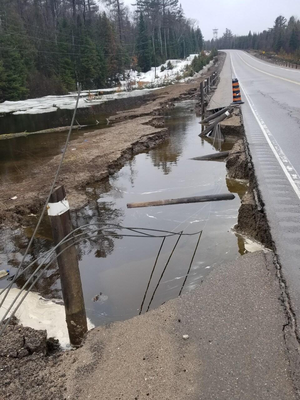 L'accotement de la route est inondé.