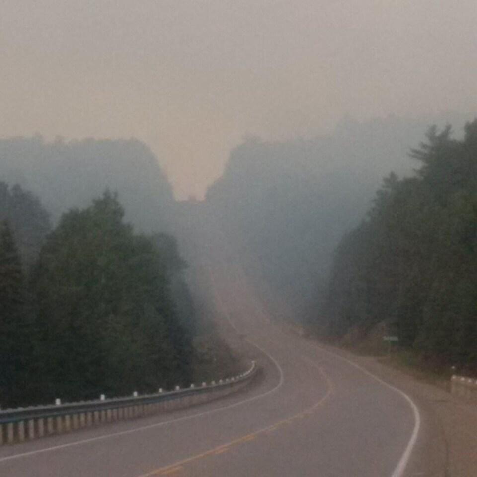 Une route couverte d'un nuage de fumée.