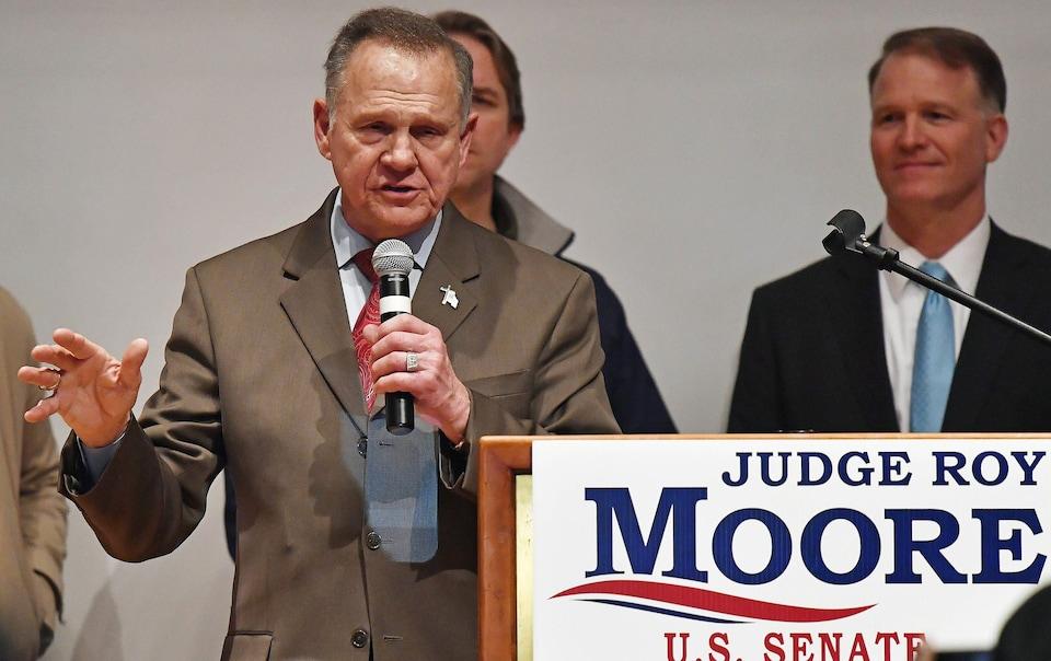 Roy Moore parle au micro devant un lutrin.
