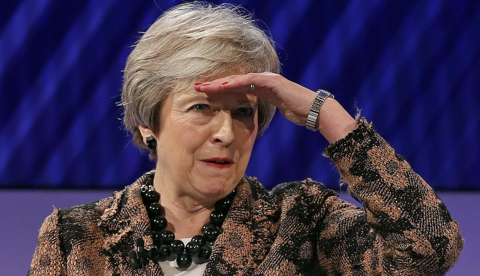 Theresa May regarde au loin.