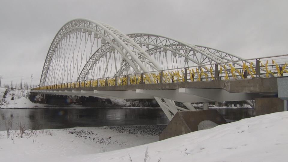 Des rubans jaunes attachés au pont commémoratif de Vimy à Ottawa pour rendre hommage aux soldats morts au combat.