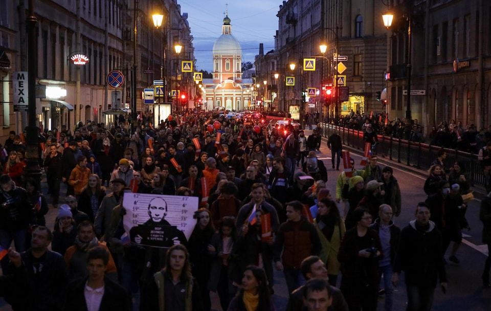 Des manifestants anti-Poutine ont défilé dans l'ordre dans les rues de Saint-Pétersbourg. La police a par la suite commencé à procéder à des arrestations musclées.