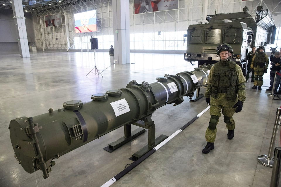 Un soldat russe présente le nouveau système de missile russe 9M729 lors d'une démonstration à Moscou.