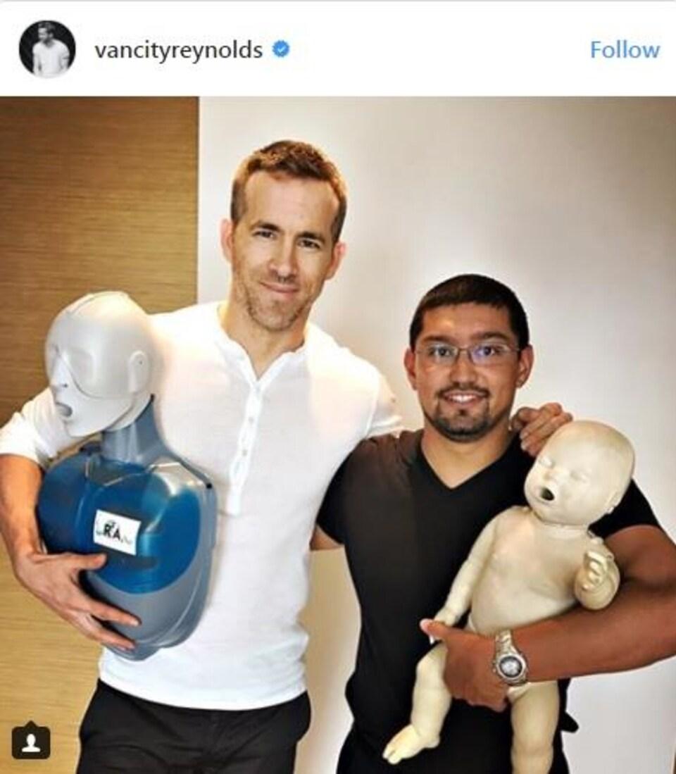Ryan Reynolds pose avec son enseignant de réanimation cardio-pulmonaire pour bébés et enfants