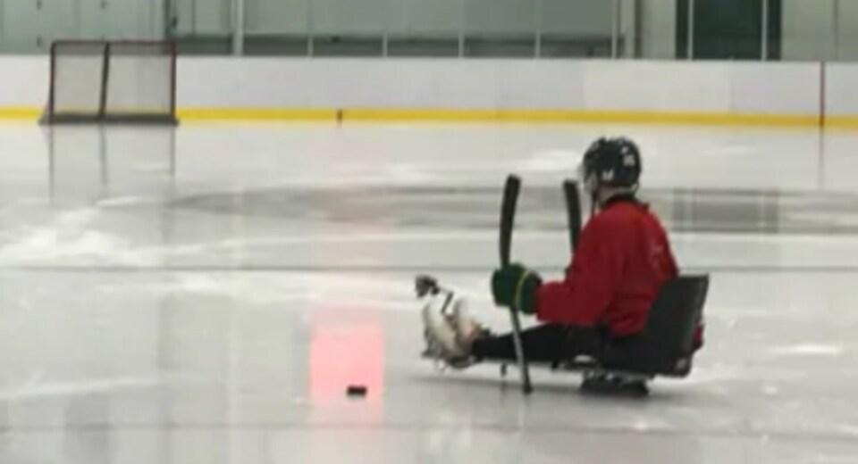 Ryan Straschnitzki se déplace en hockey sur luge