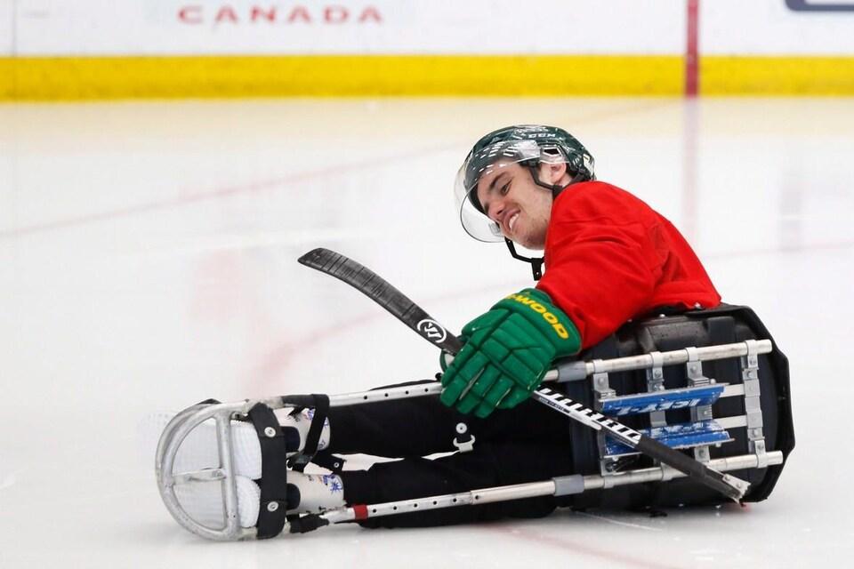 Ryan Straschnitzki sur sa luge de hockey, sur la glace.