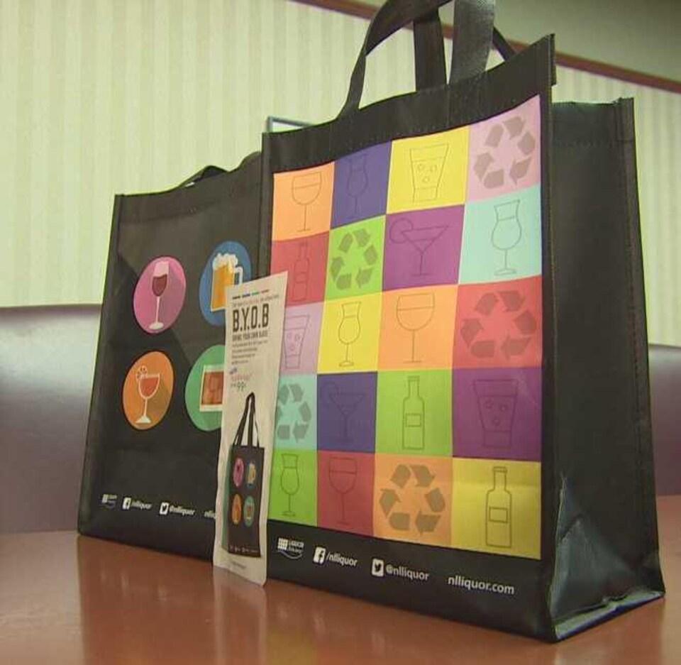 Un sac réutilisable de la Société des alcools de Terre-Neuve-et-Labrador sur une table.