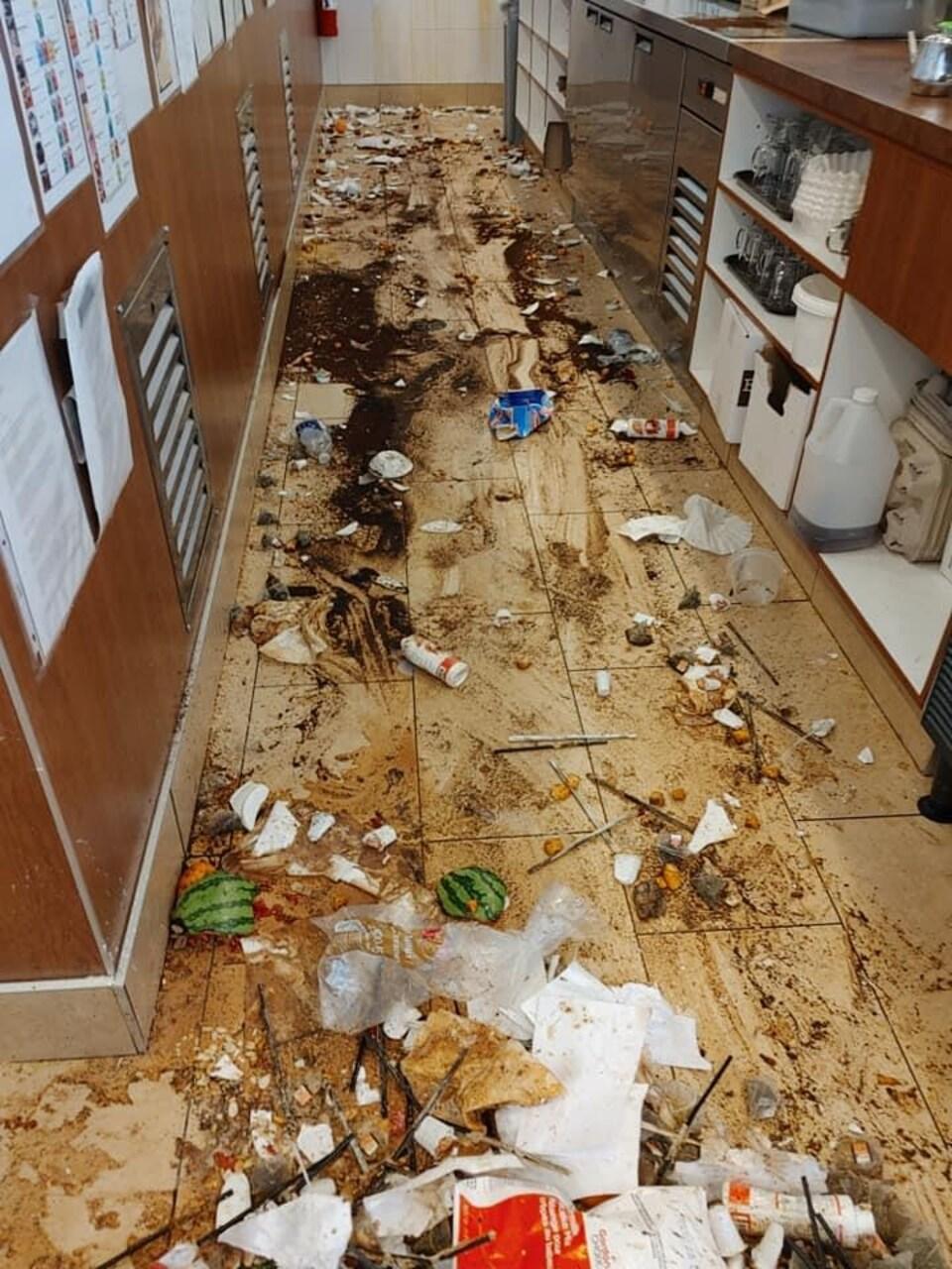De la nourriture et des objets jonchent le sol du restaurant.