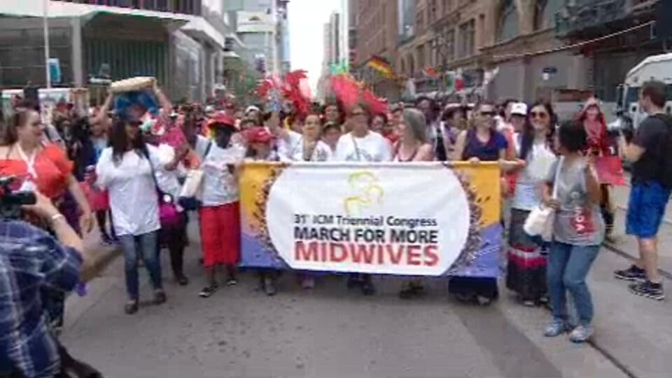 Manifestation de sages-femmes à Toronto.
