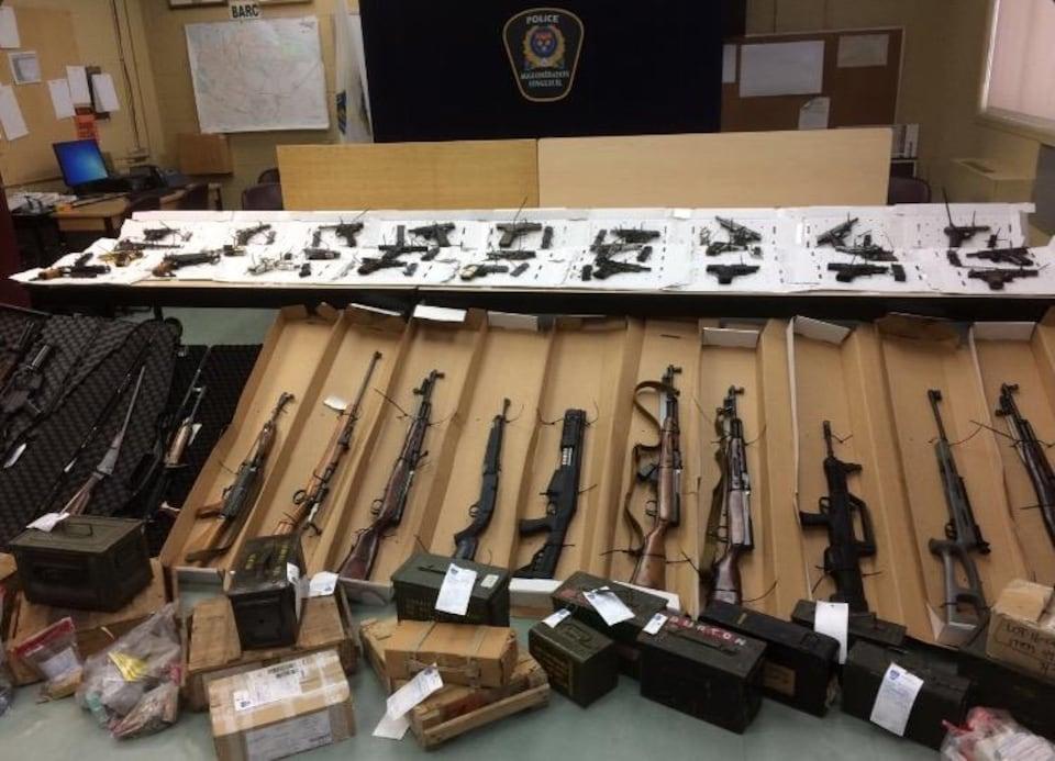 La police a saisi un véritable arsenal à Longueuil.