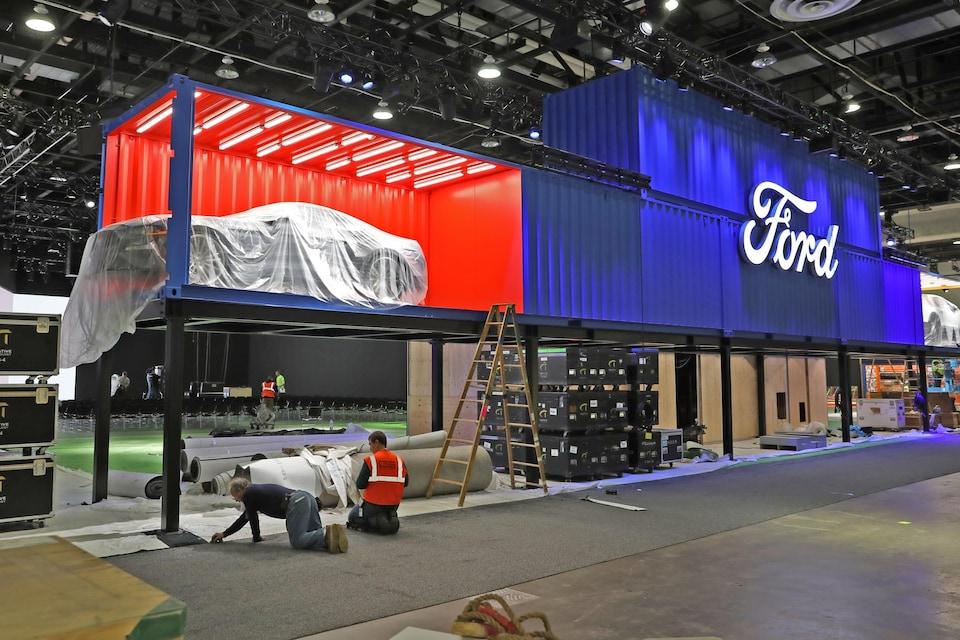 Des équipes s'affairent à préparer l'endroit où seront exposé les véhicules lors du Salon international de l'auto de Détroit