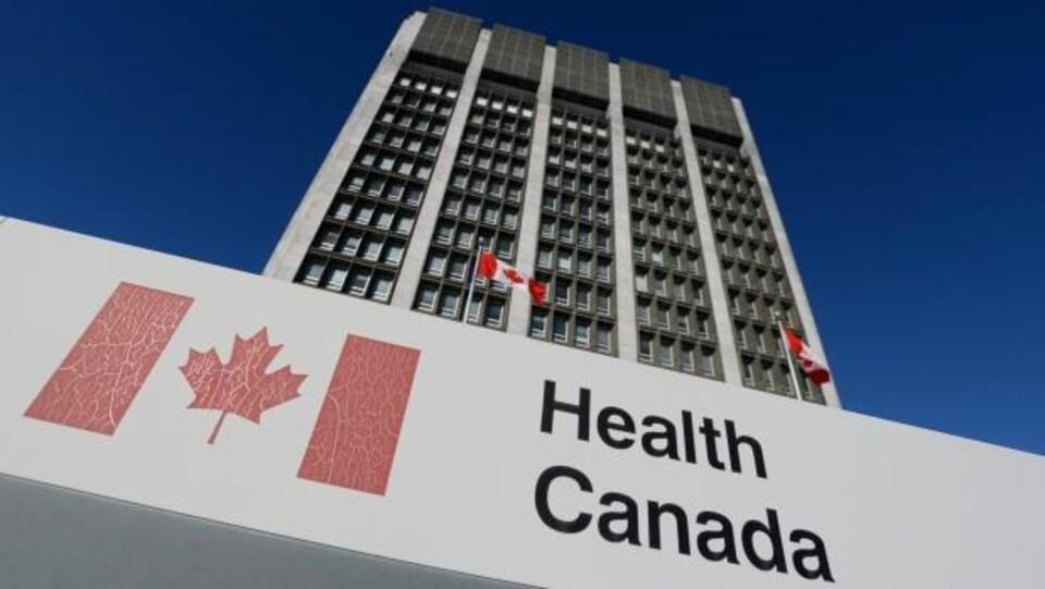 L'entrée d'un bâtiment de l'agence gouvernementale Santé Canada.