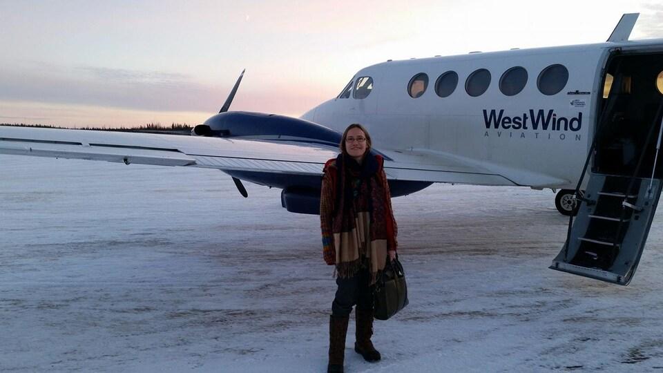 La Dre Sara Dungavell devant un petit avion.