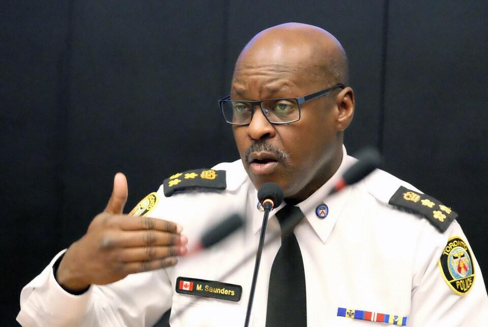Le chef de police de Toronto Mark Saunders durant la présentation du Plan d'action et de modernisation.