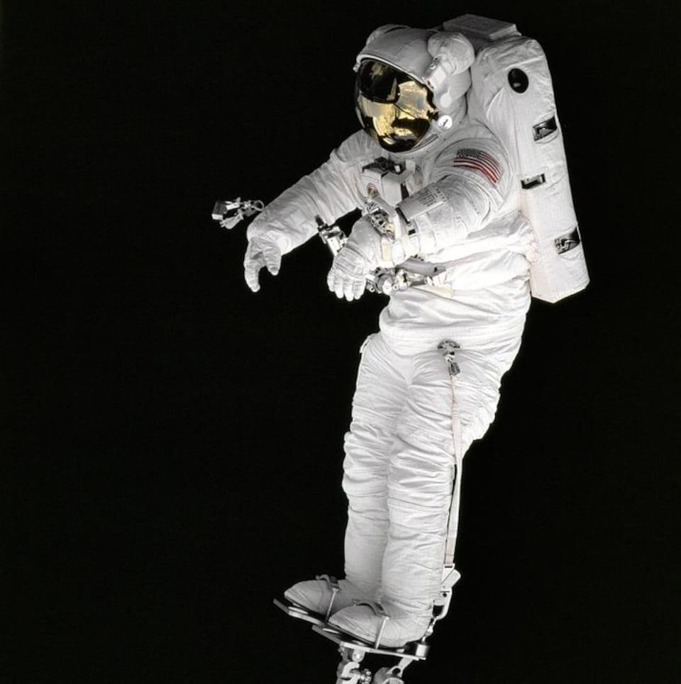 Les astronautes portent une combinaison étanche pour affronter des conditions d'environnement hostile qui prévalent au cours d'une sortie extravéhiculaire.