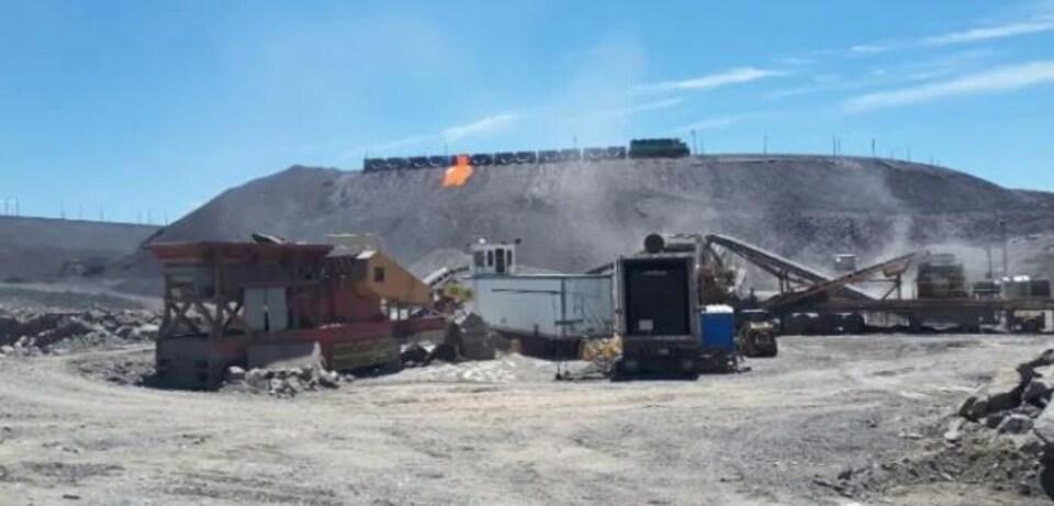 Un train sur une colline qui déverse du métal en fusion.