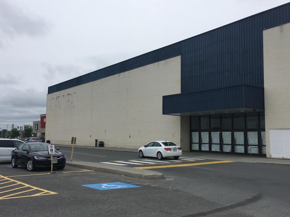 Vue extérieur de l'entrée condamnée de Sears. Du papier a été collé dans les portes-fenêtres du magasin.