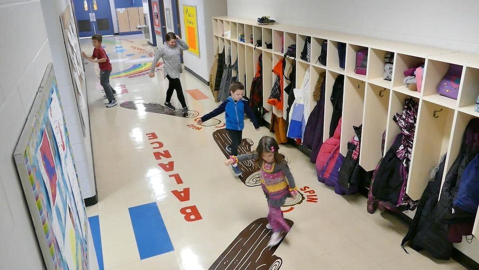 Des jeunes s'activent dans un corridor.