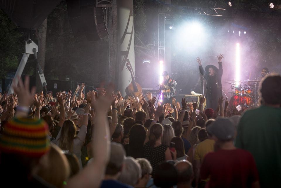 On aperçoit la chanteuse Serena Ryder sur la scène de l'amphithéâtre Héritage du festival Hawrelak à Edmonton
