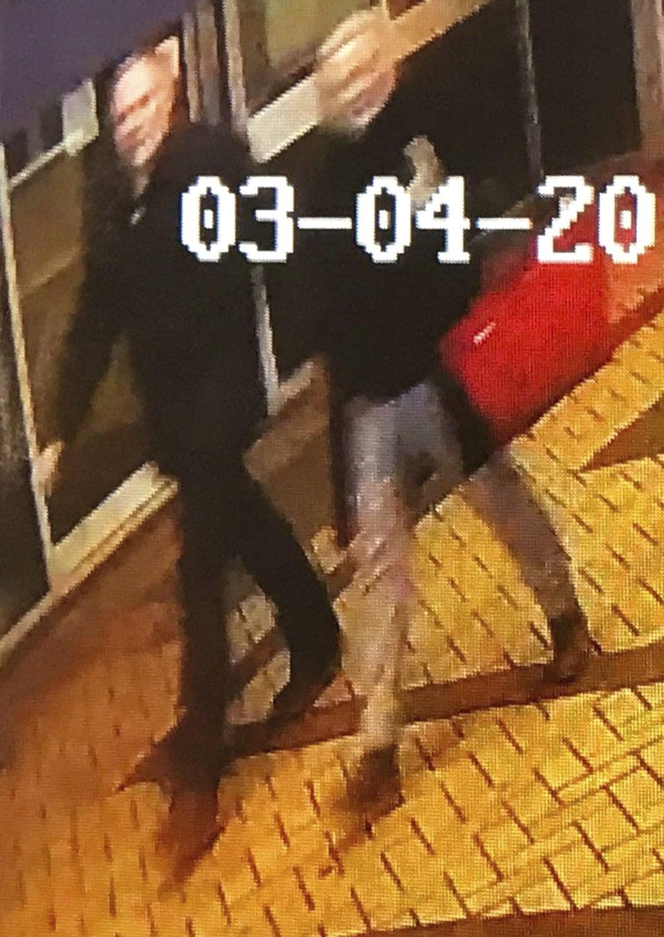 Image floue d'un homme et d'une femme marchant côte à côte.