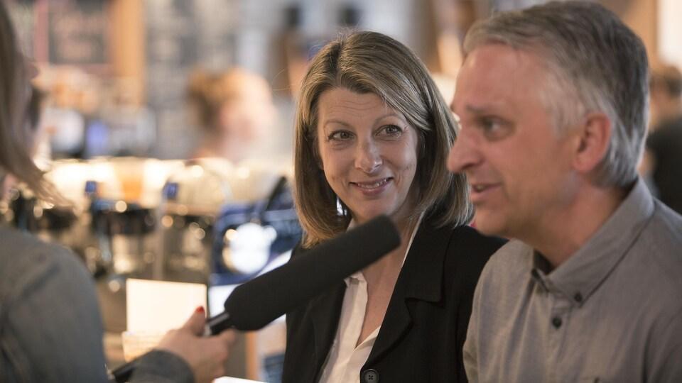 Sharon Smythe (à gauche) regarde son conjoint, Jean-François Plante (à droite).