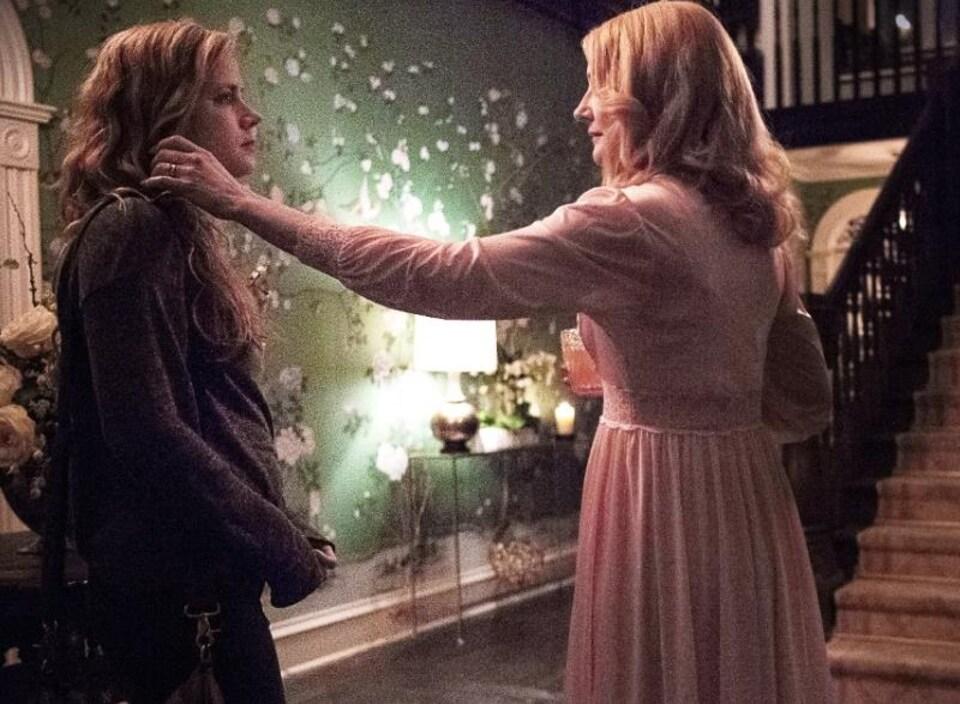 Une scène de la série <i>Sharp Objects</i>, avec Amy Adams (à gauche).