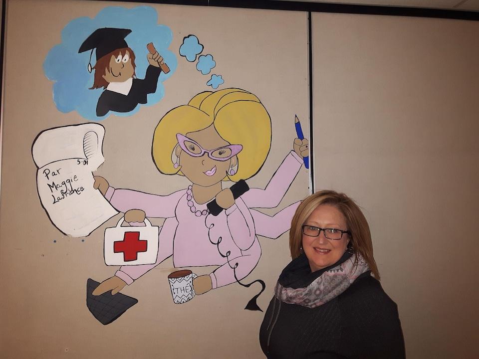 L'image d'une secrétaire qui a 6 bras au mur.