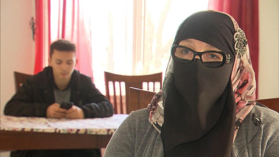 Une femme portant le niqab et qui se nomme Shelli.